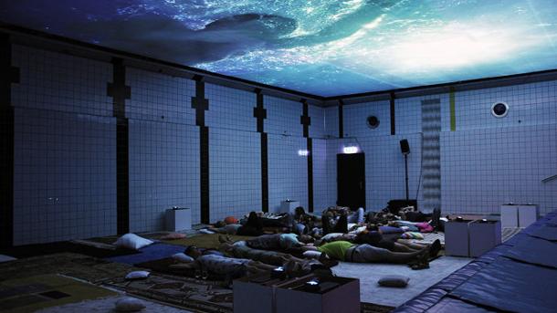 Theater: HEIMAT im Pool vom Neubad